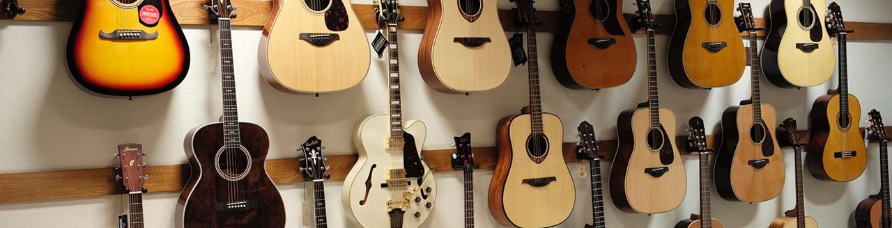 Gitarrer på vägg