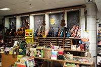 Butikshylla med olika produkter som gitarr, noter och flöjt